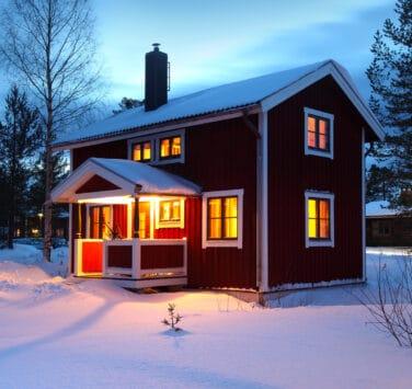 Как обезопасить дачные дома в осенне-зимний период